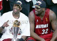 dwayne and shaq with trophy